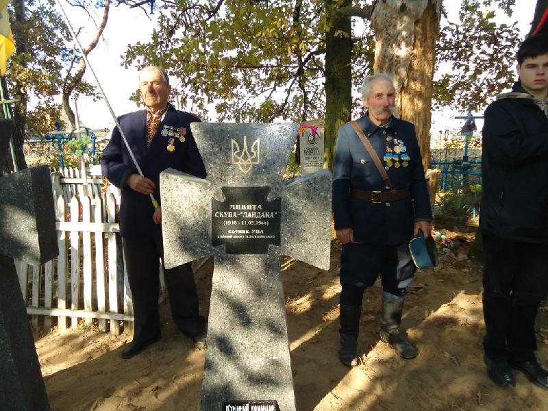 Ветерани УПА на могилі побратимів с.Літвиця