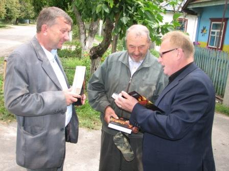 Народний депутат Сергій Кошин, ветеран УПА Степан Бакунець і письменник Петро Воробей