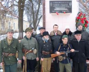 Учасники вшанування біля памятної дошки в смт.Володимирець, встановленої в 2003р