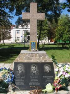 Хрест в центрі міста Дубровиця, на місці публічної страти українських повстанців московсько-більшовицькими окупантами, в Чистий четвер перед Великоднем 1944р.