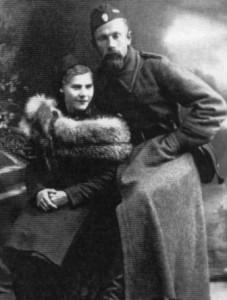 Тарас Бульба-Боровець зі своєю першою дружиною Анною Опоченською. 1941(1942?) рік. Фото надане видавництвом «Волинські обереги» (м.Рівне).