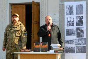 Презентація Петром Вороб'єм патріотичних книг в  смт Рокитне на Рівненщині в День Покрови Песвятої Богородиці 14 жовтня 2014 року.