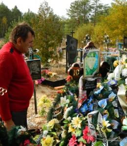 Батько Віталія Маринича Петро Степанович, на могилі сина в с.Рокитне, Рокитнівського району Рівненщини.