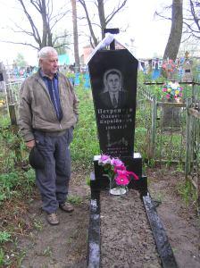 Петринчук Анастасій Олександрович на могилі свого батька, якого німці розстріляли 4.04.43 в Підлужному з подачі поляка Бартосевича.