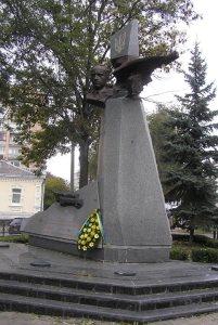 Пам'ятник Дмитрові Кячківському на вулиці Соборній в м. Рівне
