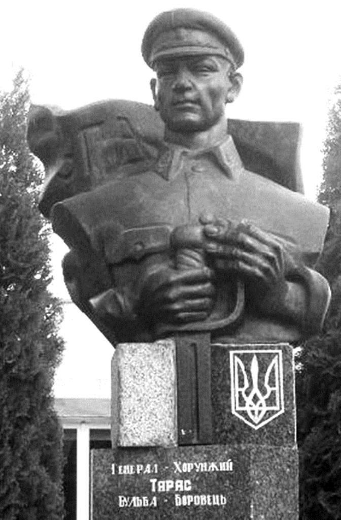 Пам'ятник Т.Бульбі-Боровцю на його батьківщині, у місті Березному Рівненської області, у якому проглядаються риси червоного комісара
